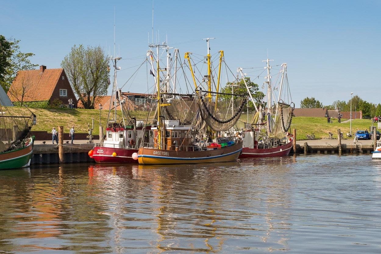 Ein Tag in Greetsiel, Ostfriesland - Am Pier vertäute Krabbenkutter (Bild unbeschnitten)