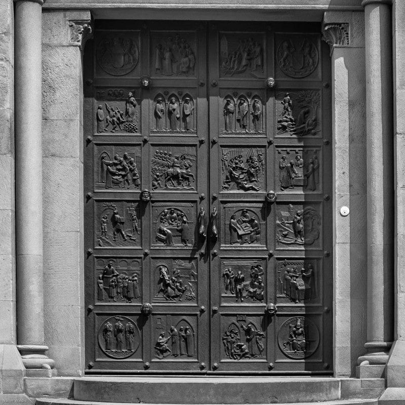 Reformationstür von Otto Münch, eine der Bronzetüren am Grossmünster Zürich