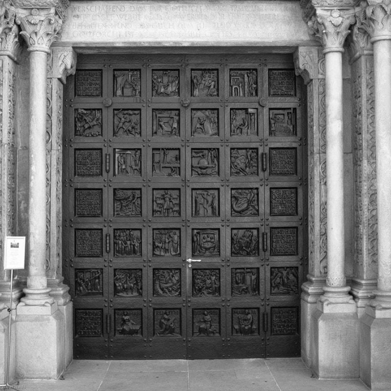 Bibeltür von Otto Münch, eine der Bronzetüren am Grossmünster Zürich