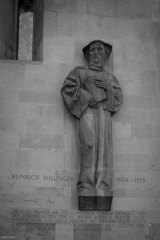 Skulptur Heinrich Bullinger an der Fassade des Grossmünsters Zürich.