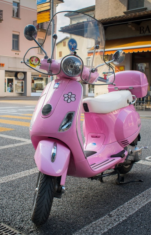 In rosa mit Blümchen: Piaggio Vespa in Locarno