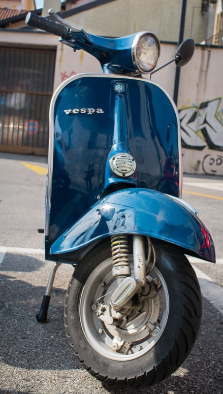 In Locarno unterwegs - geparkte Alt-Vespa