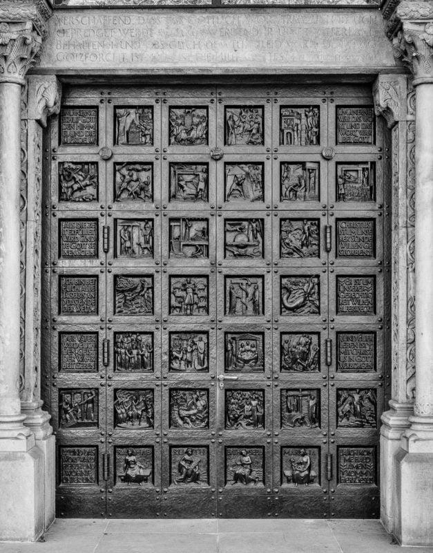 Nordportal des Grossmünsters, Bibeltür von Otto Münch, mit der neuen Filmsimulation ACROS