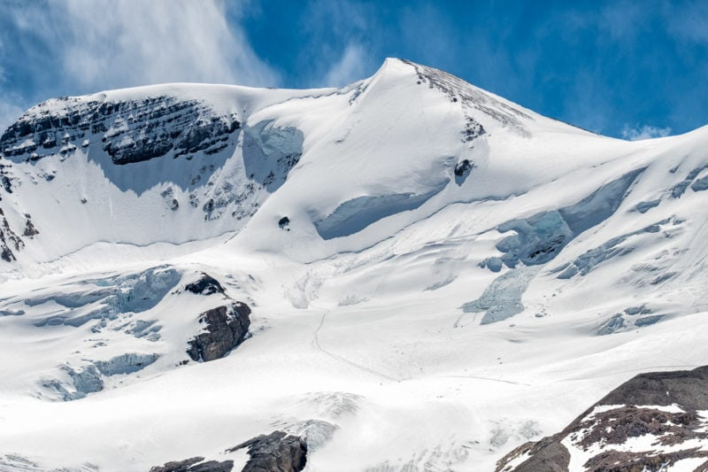 Einsame Spur im Schnee – Blick zum Gipfel des Mount Athabasca, Icefields Parkway, Alberta, Kanada