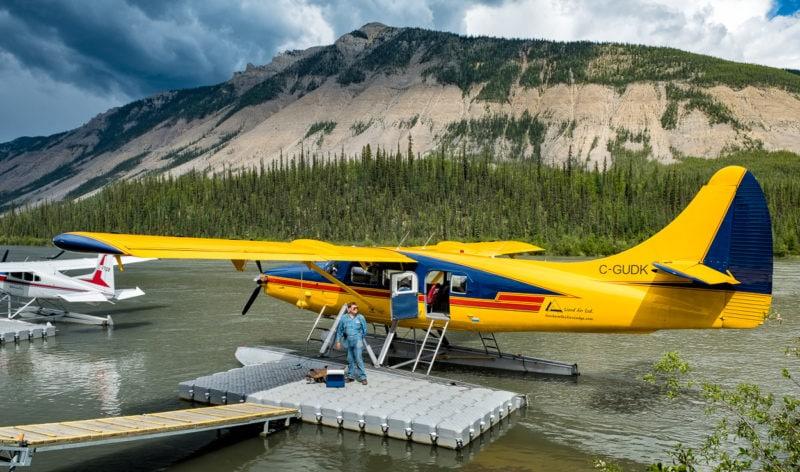 «De Havilland DHC-3T Otter» von 1958 und dem Kennzeichen C-GUDK vertäut am Virginia Falls Water Aerodrome