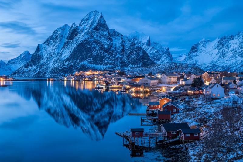 Blue hour beim Fischerdorf Reine, Lofoten, Norwegen