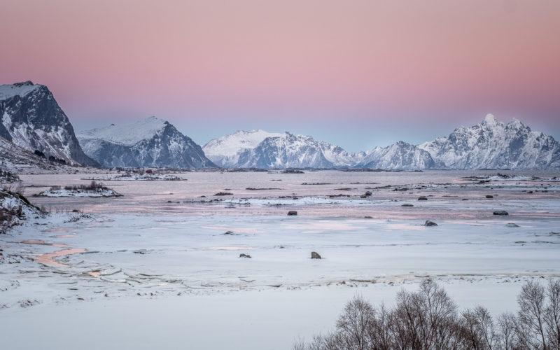 Blaue Stunde, zwischen Stamsund und Leknes bei Vallbergsveien, Lofoten Norwegen. Copyright © 2018 Walter Waldis
