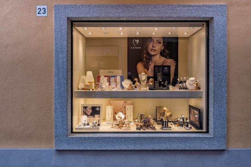 Cannobio, grössere und kleinere Geschäfte säumen die «Via Guglielmo Marconi»