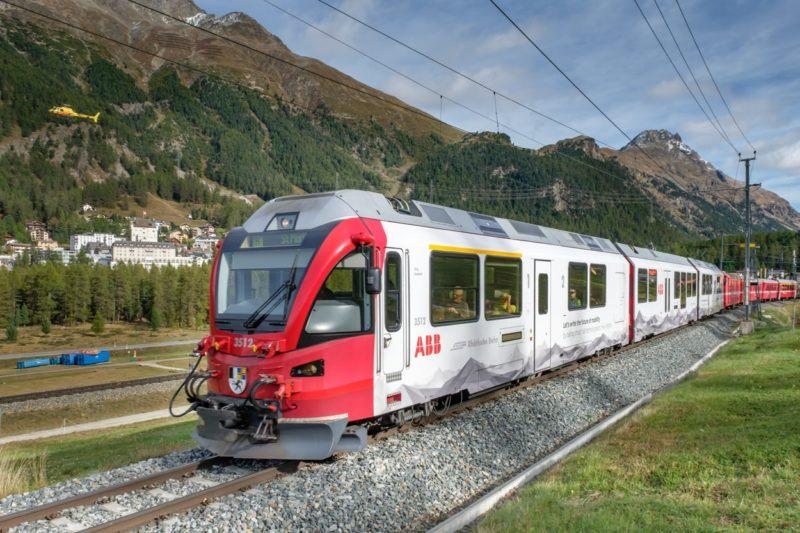 Triebzug «Jürg Jenatsch» der Rhätischen Bahn nach der Ausfahrt aus dem Bahnhof Pontresina.
