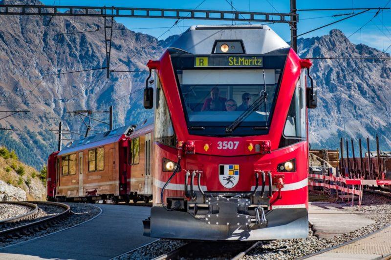 Der RhB-Triebzug «Benedetg Fontana» beim Einfahren in die Station Alp Grüm auf 2091 m.ü.M.