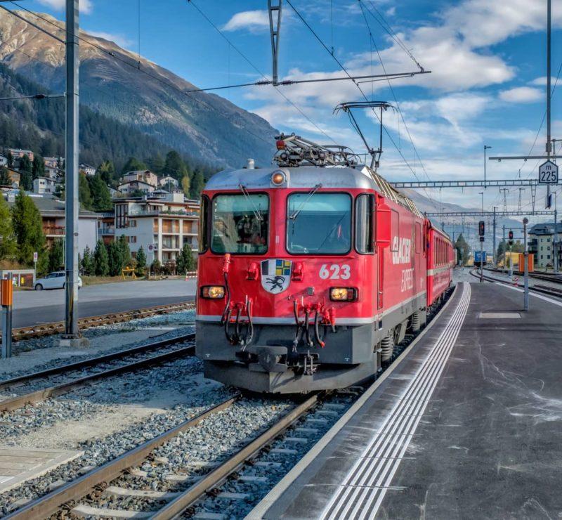 Lokomotive Ge 4/4 II, 623 «Bonaduz» der Rhätischen Bahn bei der Einfahrt in Samedan.