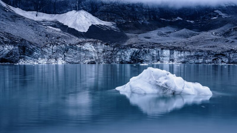 """The """"Griesslisee"""" is a small glacial lake at an altitude of 2098 meters above sea level. It can only be reached after a 75-minute walk from the """"Klausenpasshöhe""""."""