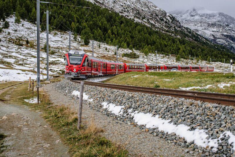 Bernina-Express unterhalb des Ospizio, Oberengadin.