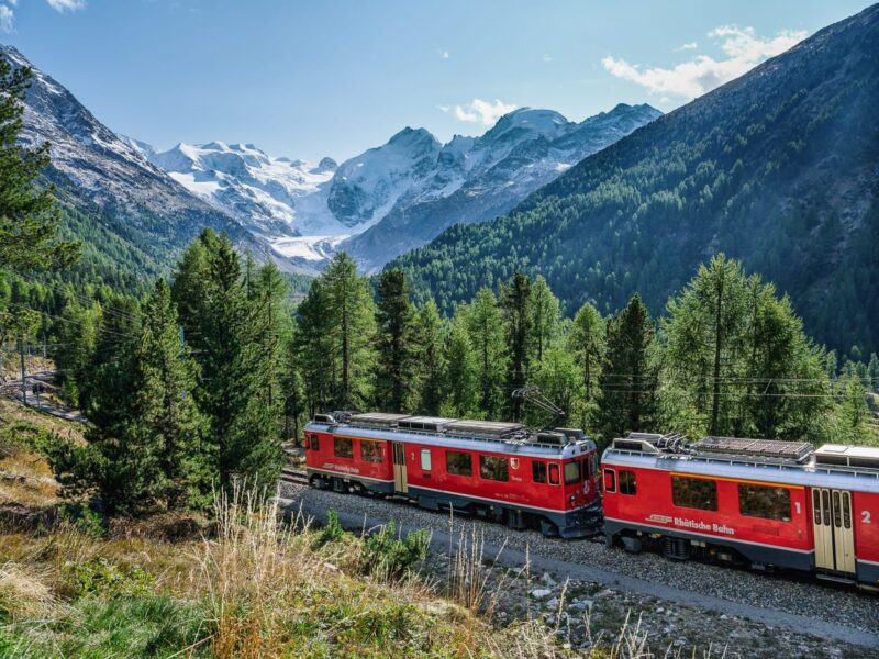 An der Montebello-Kurve mit Bernina-Massiv, Oberengadin.